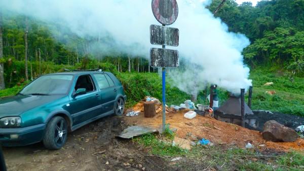 Ein verschrottetes Auto liegt in der Landschaft