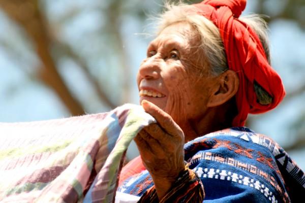 Frauen verkaufen Textilien