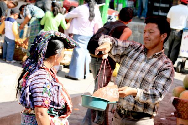Menschen auf dem Markt in Guatemala