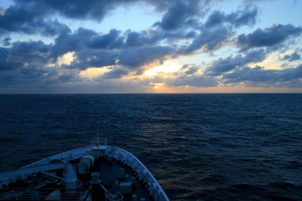 Das Kreuzfahrtschiff steuer in den Sonnenuntergang