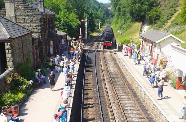 Der Hogwarts Express fährt in den Bahnhof von Goathland
