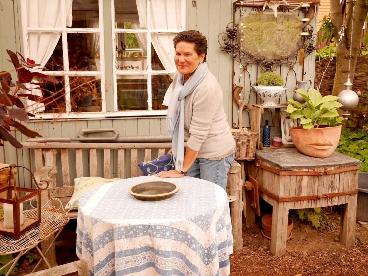 Frau Stork vor Wohnwagen
