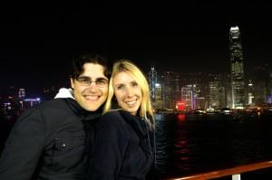 Vor der Hong Kong Skyline bei Nacht