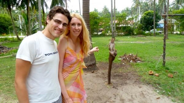 Im Hintergrund sieht man einen Kokosnuss-Affen, den wir besucht haben