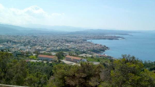 Draufsicht auf Chania: Man erkennt auch die Hafenbucht