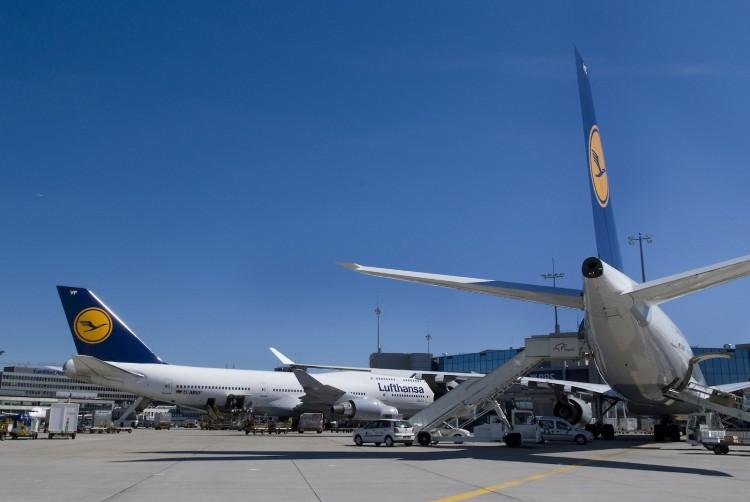 B 747-400 und A340-600 an Fingerposition auf dem Frankfurter Flughafen