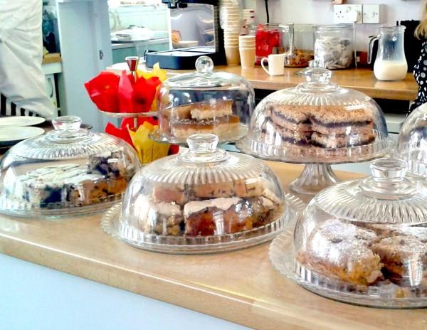 Typisch englisches Gebäck(scones, shortbread, flapjacks, cupcakes) in einem tearoom