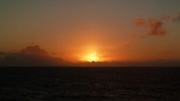 Sonne geht in orangefarbener Glut unter