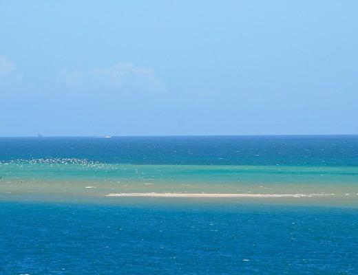 Helle Sandbaenke im seichten Wasser vor der Isla Margarita