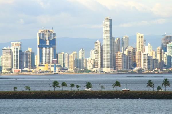 Die Skyline von Panama City am Panama Kanal