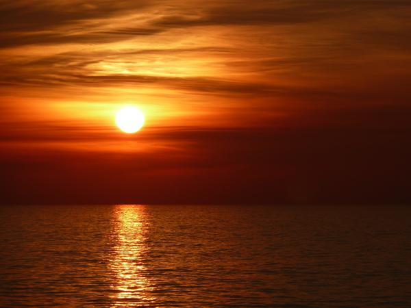 Glutroter Sonnenuntergang über dem Meer