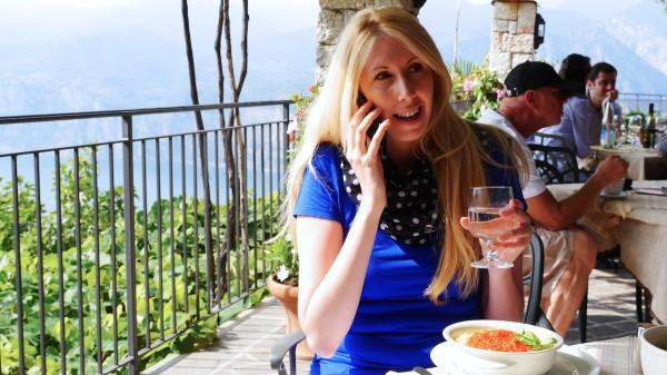 Telefonieren bei Spaghetti in Italien