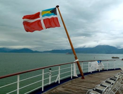 Die Astor-Flagge der Bahamas vor der vietnamesischen Kulisse in Da Nang
